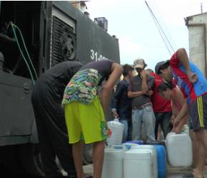 Policía suministra agua